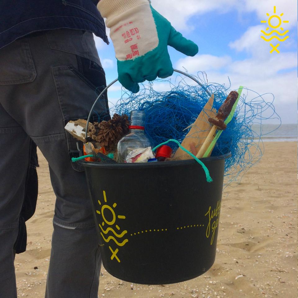 Foto van Help mee de duinen schoon te houden. Afval = grondstof!